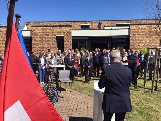 Die Gästeschar lauscht der Ansprache von Conseiller départemental Daniel Adrian.