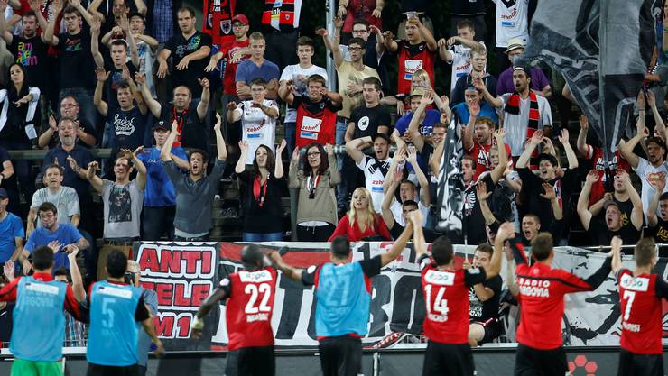 Fans und Spieler des FC Aarau hielten in der Krise zusammen - zuletzt gab es wieder Grund zum Jubeln