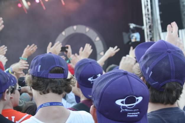 Am Konzert von Rapper und Beatboxer Knackeboul schnellen die Hände in die Höhe.