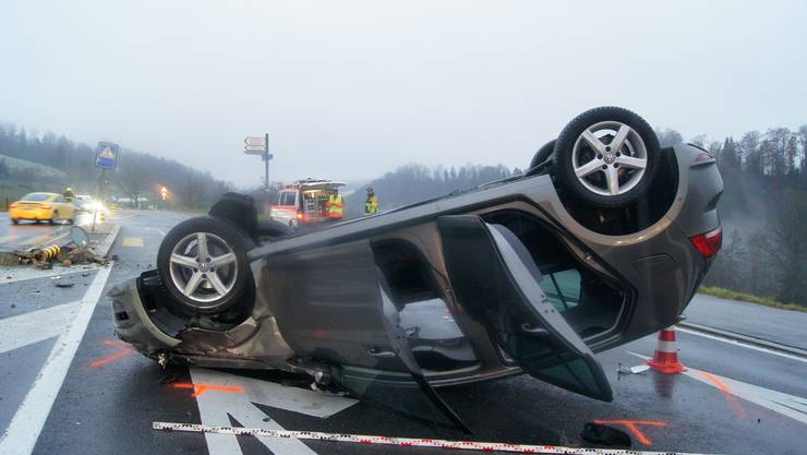 At the crossing of Aegeristrasse-Nidfuren, two cars collided. The woman was slightly injured. The cause of the accident was ignored.