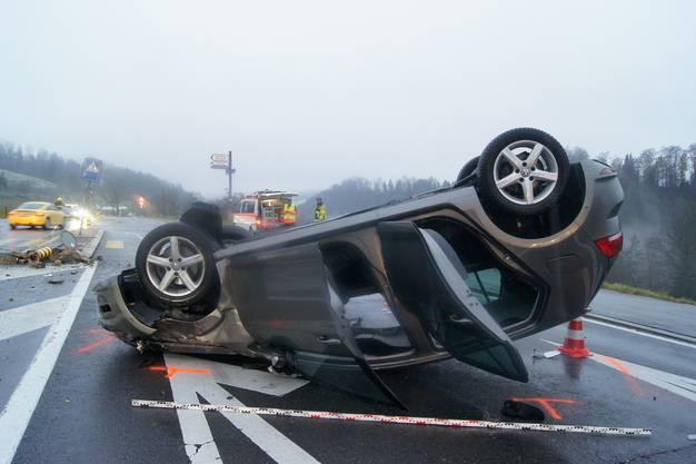 Bei der Verzweigung Aegeristrasse-Nidfuren sind zwei Autos zusammengestossen. Eine Frau wurde leicht verletzt. Die Unfallverursacherin hat den Vortritt missachtet.