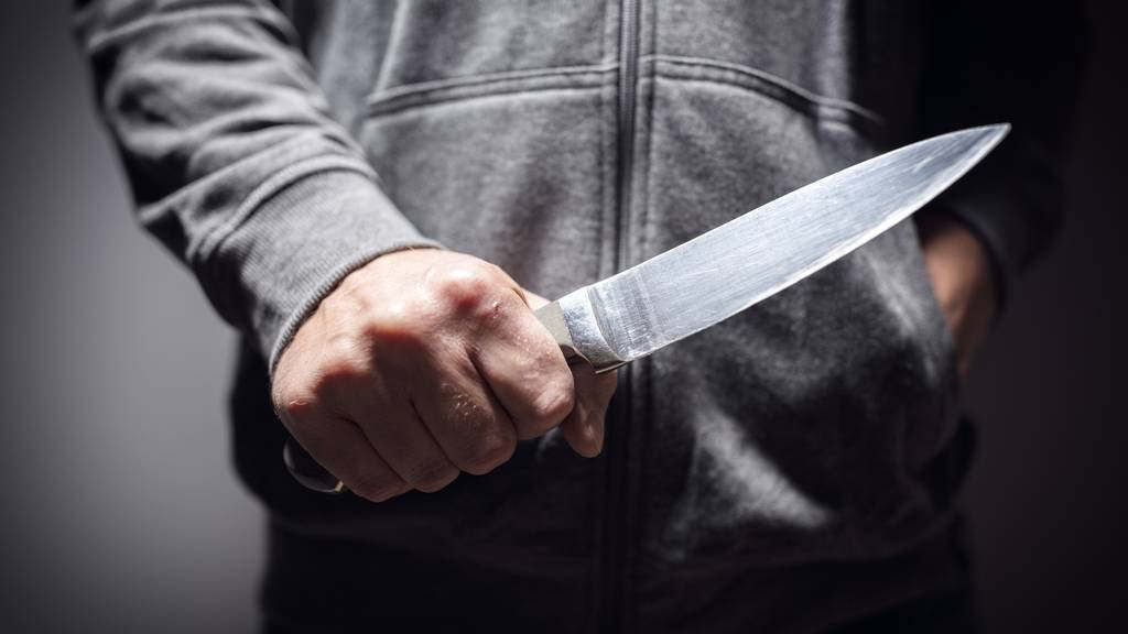 Mann attackiert vier Personen mit Messer