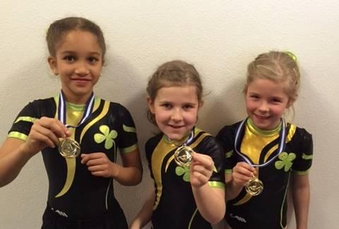 Samira, Mira und Noelia (v.l.) zeigen stolz ihre Medaillen.
