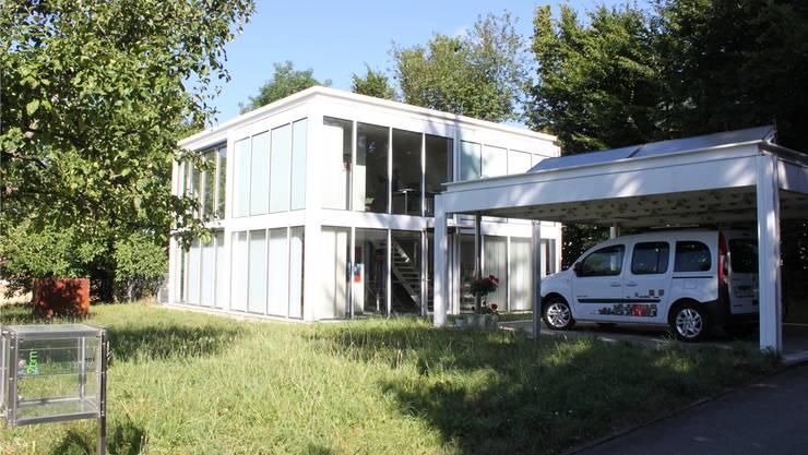 Transparenz bis zum Detail Briefkasten: das Wohnhaus von Remo und Jacqueline Bill an der Jurastrasse.