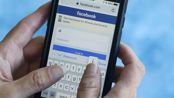 Die Nutzung von sozialen Medien ist gemäss einer Umfrage in der Schweiz erstmals zurückgegangen. (Symbolbild)