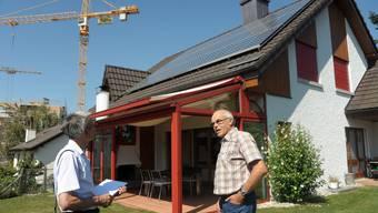 Haus mit Solarzellen: Experte Heinz Imholz (links) untersucht das Haus von Fredy Bürgy in Birmenstorf.