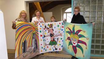 Präsentation (v.l.): Christin Steck, Anita von Burg, Jula Kaufmann und Karin Bussmann mit drei der fünf neuen Fasnachtsfahnen.