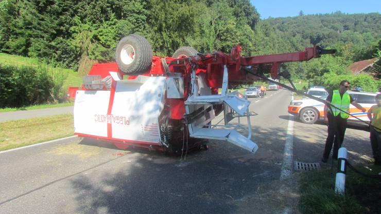 Am Mittwochmorgenkippte ein Traktor und riss dabei denArbeitsanhänger mit. Der Fahrer wurde leicht verletzt.Es entstand beträchtlicher Schaden.