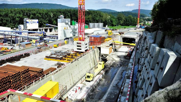 In den Vierspurausbau Aarau–Olten werden 855 Millionen Franken verbaut. Im Bild: Die Baugrube auf der Ostseite des Eppenbergtunnels.
