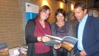 Buchvernissage mit (v. l.) Autorin Miriam Hauser, Fachbereichsleiterin Frühgeschichte Brigitte Röder und Kantonsarchäologen Georg Matter.