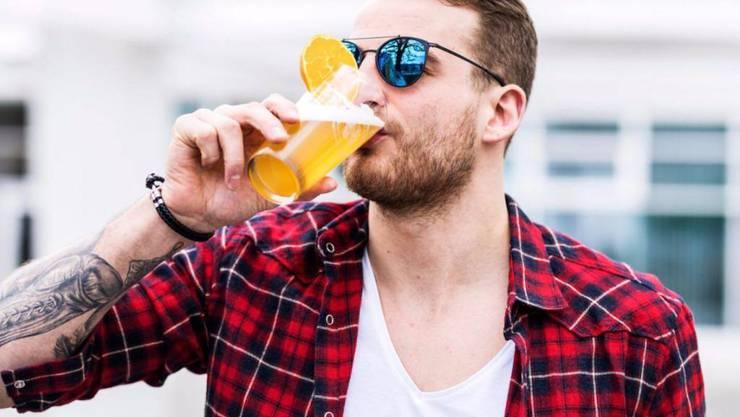 Statt täglich zweimal zu trainieren und sich beim Kickboxen verkloppen zu lassen will Ex-Bachelor Janosch Nietlispach lieber ab und an ein Bier trinken. Deshalb gibt er den Kampfsport auf. (Facebook)