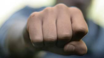 Ein Mann wurde tätlich angegriffen. (Symbolbild)
