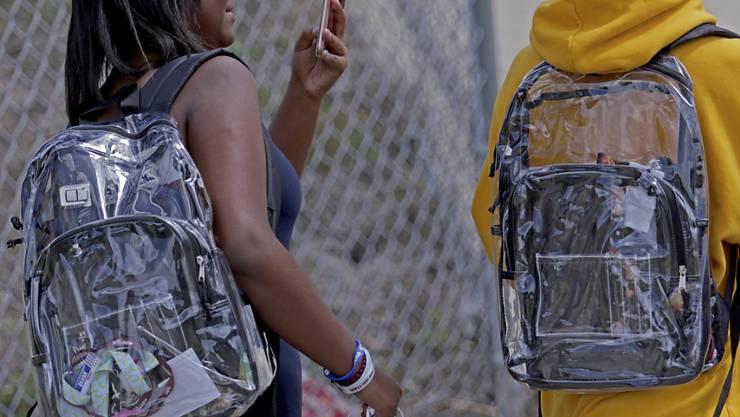 Nach dem Massaker an einer High School in Parkland müssen die Schülerinnen und Schüler durchsichtige Rucksäcke tragen.