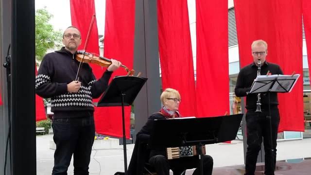 Friedlich und lüpfig: Das «Trio Trello» spielt an der Limmattaler 1.-Mai-Feier auf dem Dietiker Kirchplatz