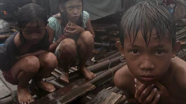 Kinder an der philippinischen Küste