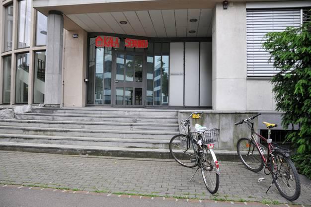 Vor dem Gebäude stehen Velos
