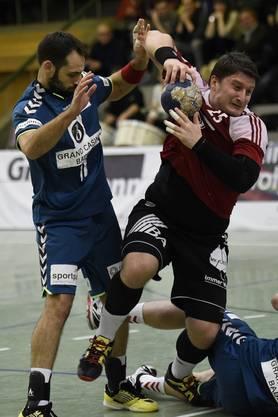 Stevan Kurbalija (rechts, Suhr) setzt sich gegen Nemanja Sudzum (links, Endingen) durch.