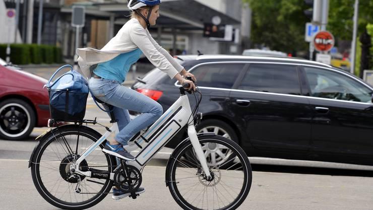 Eine Elektrobike-Fahrerin in Zürich. (Symbolbild)
