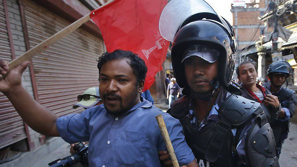 Verhaftung eines Demonstranten in Kathmandu. Er hat gegen die neue Verfassung protestiert.