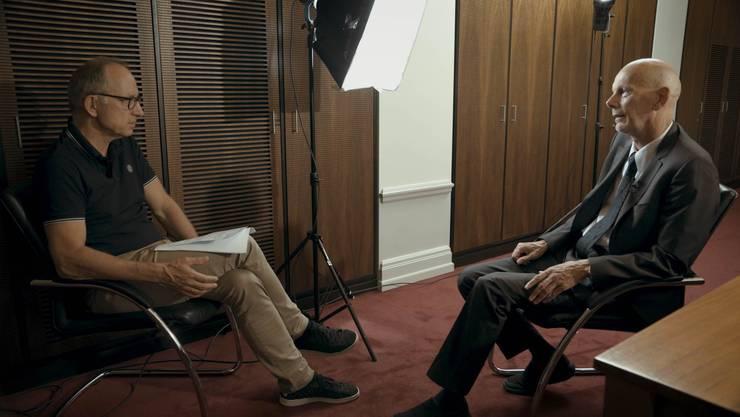 Filmemacher Reto Brennwald im Gespräch mit Ex-Bundesseuchenchef Daniel Koch.