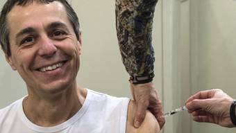 FDP-Nationalrat Ignazio Cassis lässt sich impfen (Symbolbild)