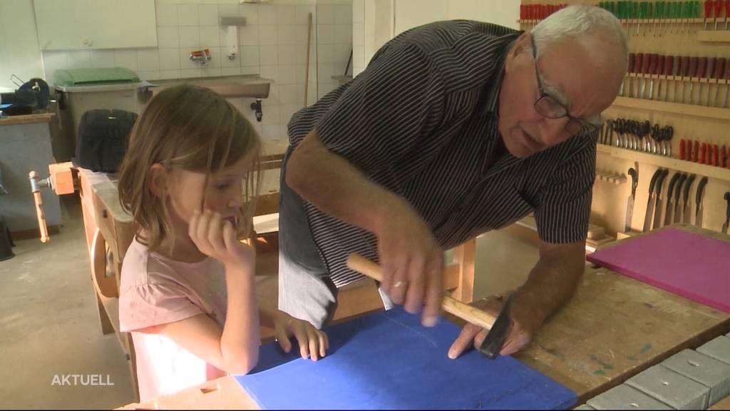 Senioren im Klassenzimmer: Junge lernen die Weisheit von Älteren