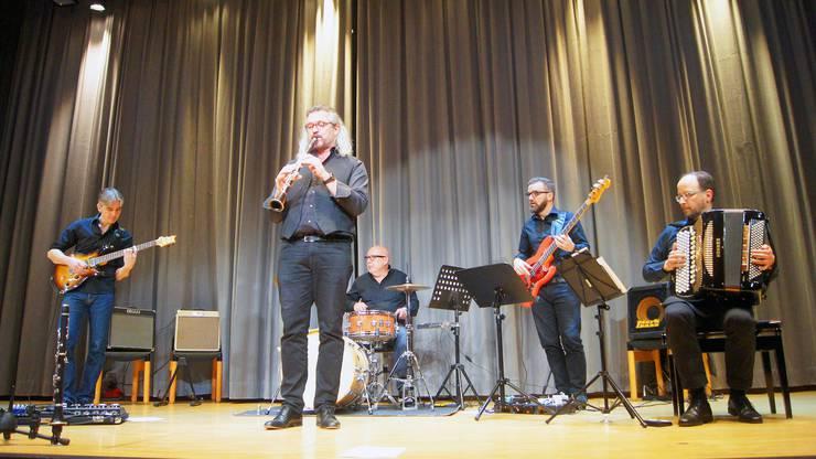 Das Dani Häusler Komplott spielt einen wilden Stilmix aus Schweizer Volksmusik vermischt mit Elementen aus Rock, Pop, Jazz und Funk.