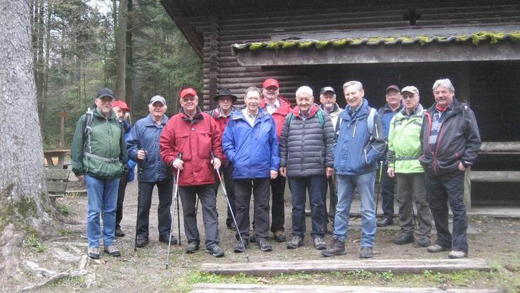 Kurze Rast bei der Waldhütte Spitelau.