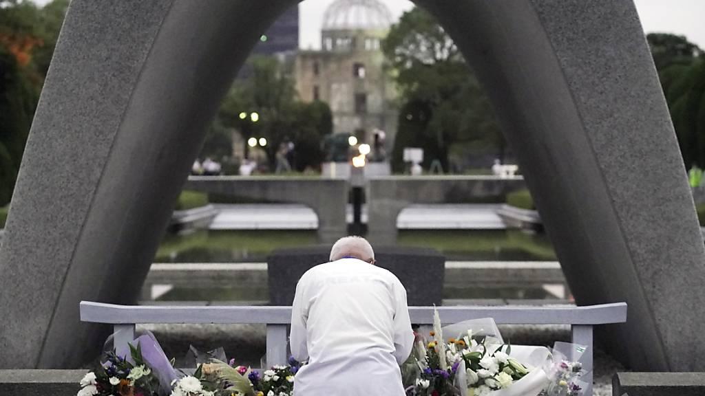Ein Mann betet vor dem Kenotaph in Hiroshima am 75. Jahrestag des Bombenabwurfs für die Opfer. Foto: Eugene Hoshiko/AP/dpa