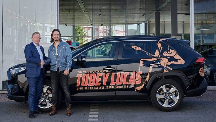 Christoph Frei und Tobey Lucas mit dem «Tobey-Lucas-Mobil», einem Toyota RAV4 Hybrid der Emil Frey AG Toyota-Lexus Zürich.