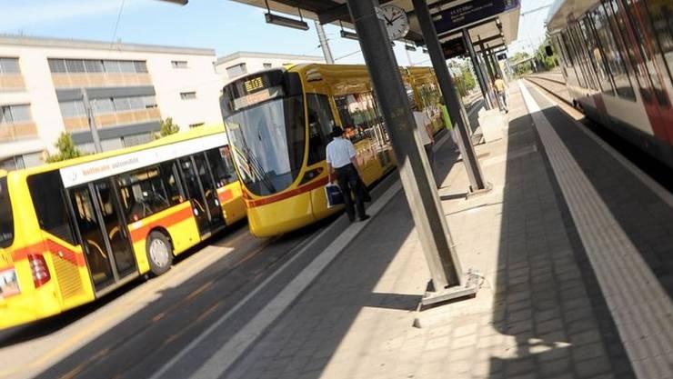 Bahnhof Dornach-Arlesheim – ein Verkehrsknotenpunkt des TNW: Bus und Tram der BLT sowie SBB-Züge fahren diese Station an.