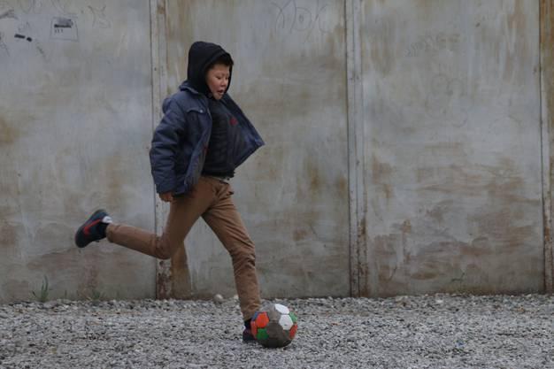 In einem kirgisischen Hinterhof: Der Ball interessiert überall, über Fussball kann man auch sprechen, wenn man die Sprache nicht kann