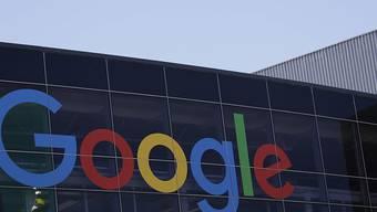 Die Google-Mutter Alphabet hat zum Jahresende dank sprudelnder Werbeeinnahmen im Weihnachtsgeschäft weiter prächtig verdient. (Archivbild)