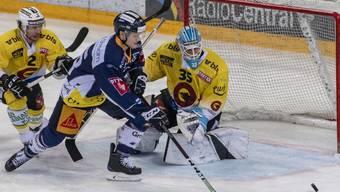 Schütze des entscheidenden Tores gegen Bern, das seinen EV Zug erstmals in dieser Saison an die Tabellenspitze bringt: der Schwede Carl Klingberg vor SCB-Goalie Tomi Karhunen