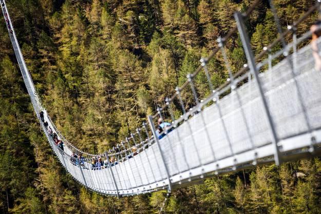 Die ersten Schwindelfreien haben die Brücke bereits passiert – seit Samstag, 29. Juli, ist sie für Fussgänger zugänglich.