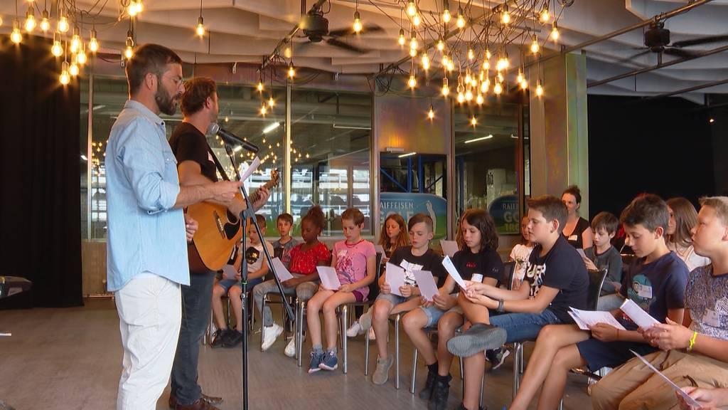 30 Kinder musizieren mit Bligg