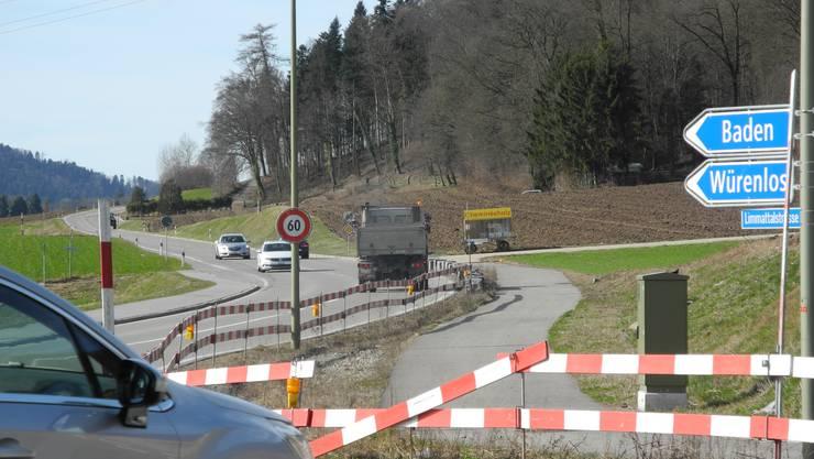 Einsprecher Walter Bühler blockiert den Veloweg in Oetwil, befürwortet aber eigentlich das Projekt.