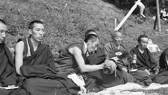 Buddhistische Mönche legen am 29. Juli 1967 den Grundstein zum klösterlichen Tibet-Institut in Rikon im Tösstal. (Archivbild)