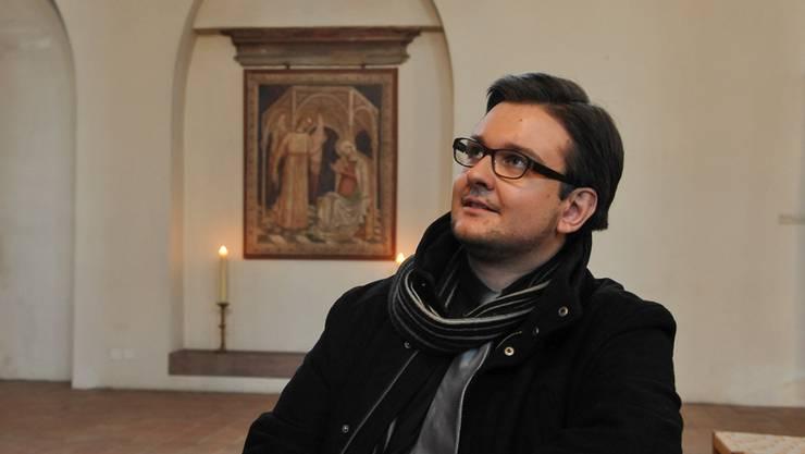 Der Theologe Noah Vetsch in der Predigerkirche mit der Verkündungsszene im Hintergrund. Martin Töngi