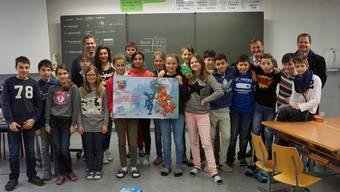 Die 6. Klasse aus Villmergen, zusammen mit ihrem Lehrer Dejan Beg (hinten links), Urs Graf (Vorsitzender Geschäftsleitung AGV, hinten halbrechts) und Urs Ribi (Projektleiter AGV-Schülertage, hinten ganz rechts). Dominic Kobelt