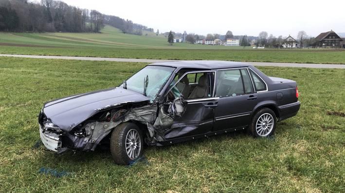 Auto streift Traktoranhänger – eine Person leicht verletzt