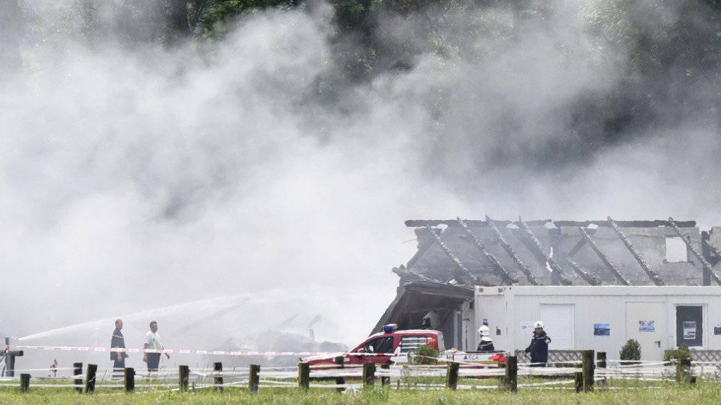 Ein 22-jähriger Mann soll unter anderem das Feuer im Nationalgestüt in Avenches VD gelegt haben. Davon gehen die Behörden aus. (Archiv)