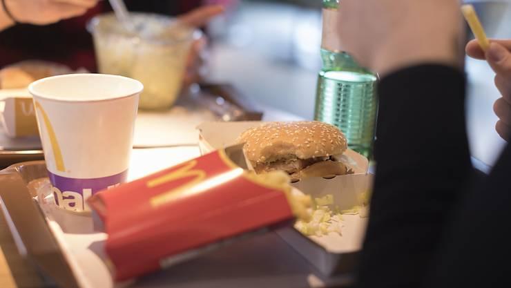Das Geschäft der weltgrössten Fast-Food-Gruppe McDonald's leidet unter der Coronakrise. Im März sind deutlich weniger Burger und Fritten verkauft worden.(Archivbild)