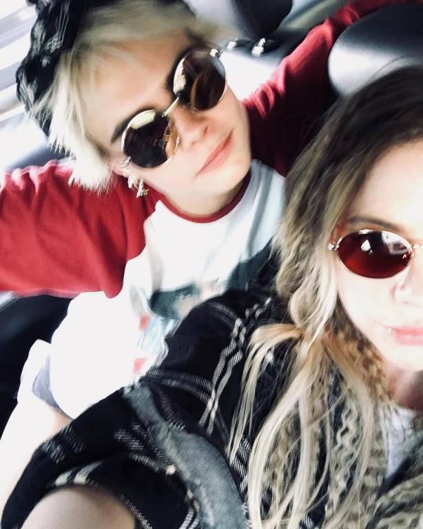 Seit diesem Frühling hat sie engen Kontakt zu Model und Schauspielerin Cara Delevingne (links). (© Instagram)