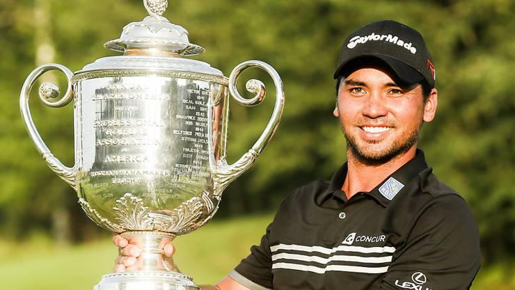Jason Day mit der riesigen Wanamaker-Trophy