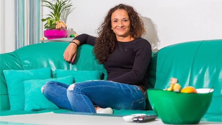 Amra Sadikovic im Wohnzimmer ihrer Eltern in Birr. Hier tankt sie neue Energie.