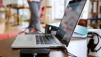 Büromitarbeitende könnten künftig häufiger von zu Hause aus arbeiten.