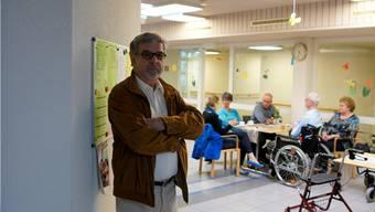 Josef Kuhn, Präsident des Altersheimvereins Dottikon in der Cafeteria des Alterswohnheims.