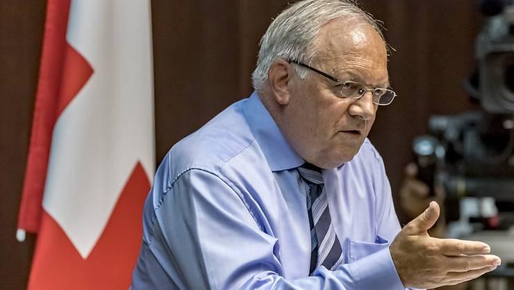 """Bundesrat Johann Schneider-Ammann reagiert verärgert über die Vorwürfe der Gewerkschaften und spricht von einem """"Vertrauensbruch""""."""