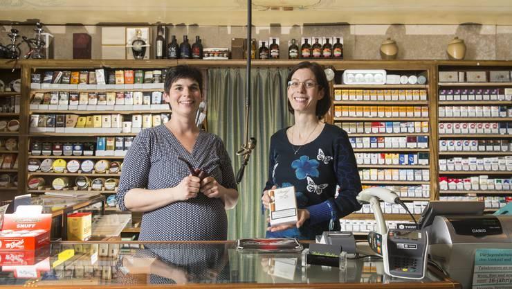Michèle Clemen (links) und Denise Werder, beide Nichtraucherinnen, übernahmen das Tabakhaus von ihren Eltern.